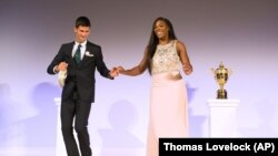 Serena Williams dan Novak Djokovic menari bersama dalam makan malam juara Wimbledon di London, 2015.