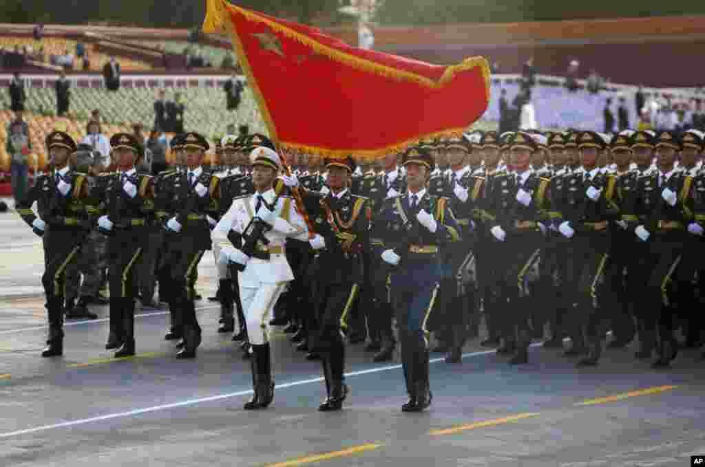 پریڈ میں 12000 چینی فوجیوں اور سامان حرب کے علاوہ دیگر ملکوں سے آئے فوجی دستے بھی شریک تھے۔