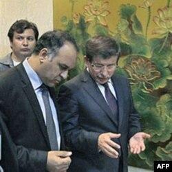 Turkiya Tashqi ishlar vaziri Ahmad Dovudo'g'li Liviya muvaqqat kengashi rais o'rinbosari Ali al-Issaviy bilan, Bing'ozi, 3 iyul, 2011