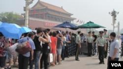 警察对游客进行安全检查