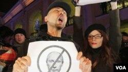 Para aktivis oposisi berunjuk rasa menolak PM Vladimir Puttin di St. Petersburg, Rusia (4/12).