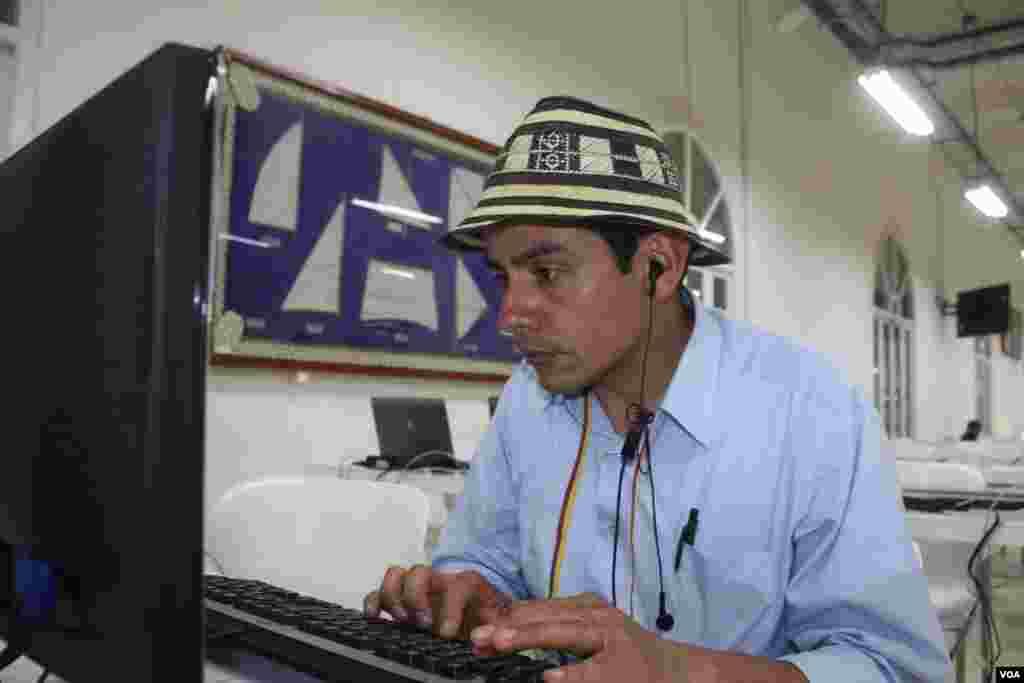 Un periodista trabaja en un computador del un café internet en Cartagena. (Iscar Blanco, VOA)
