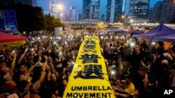 """28일 홍콩 정부청사 인근에서 반중 시위대가 """"우리는 진정한 투표권을 원한다""""는 현수막을 걸고 시위를 벌이고 있다."""