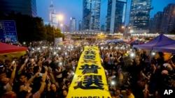 """示威者在香港被占领金钟区亮出""""我要真普选""""黄色横幅"""