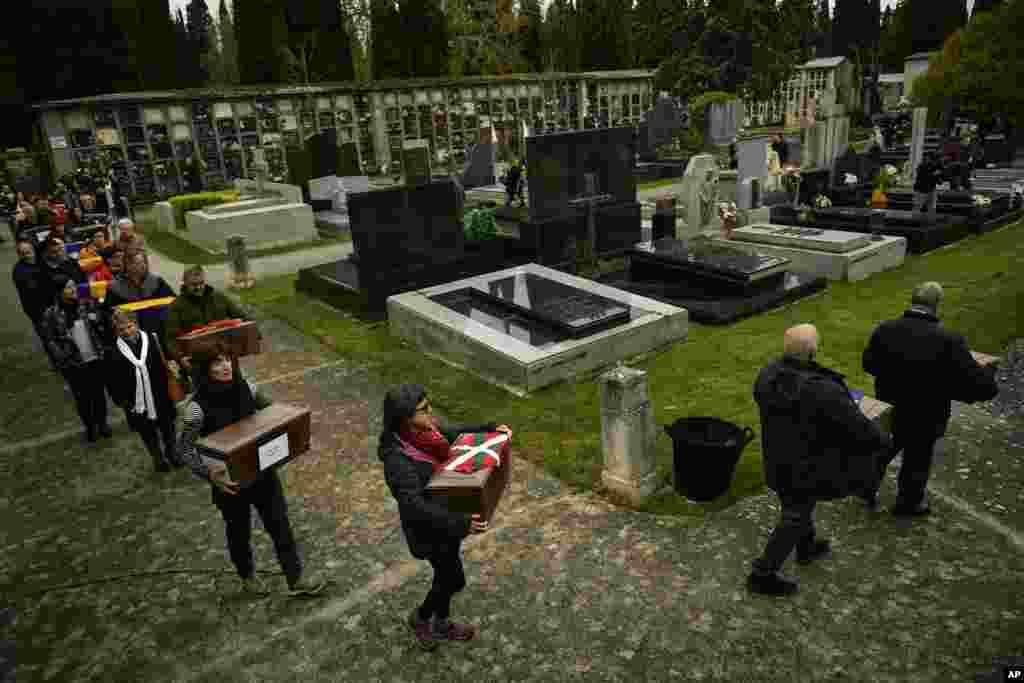 گروهی از مردم، یاد قربانیان جنگ داخلی اسپانیا را گرامی می دارند. جنگ داخلی در ۱۹۳۶ تا ۱۹۳۹ در این کشور روی داد.