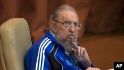 Youn nan dènye foto Fidel Castro ki parèt an piblik. Castro tap asiste dènye jounen 7èm Kongrè Pati Kominis la nan La Avàn - Foto Achiv/19 avril 2016).