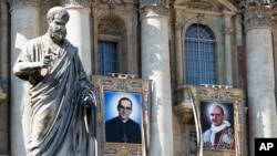 Permadani dinding Uskup Agung Katolik Roma Oscar Romero, kiri, dan Paus Paulus VI dipasang di balkon Basilika Santo Petrus di Vatikan, 13 Oktober 2018. Paus Fransiskus akan melakukan kanoninasi dua tokoh paling kontroversial dalam Gereja Katolik Roma pada abad 20.
