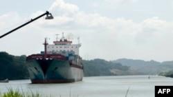 Mỗi năm có khoảng 5% lượng hàng hóa quốc tế đi ngang qua con kênh đào dài 80 kilômét nối liền Đại Tây Dương và Thái Bình Dương.