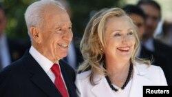 Ngoại trưởng Hoa Kỳ Hillary Clinton (phải) và Tổng thống Israel Shimon Peres trước cuộc họp tại Jerusalem hôm 16/7/12