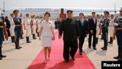 北韓領導人金正恩和夫人李雪主2018年6月19日抵達北京,中共中央政治局常委王滬寧迎接。