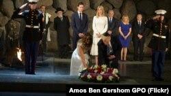 ادای احترام به قربانیان هولوکاست از سوی پرزیدنت ترامپ و همسرش ملانیا در اسرائیل، دوم خرداد ۱۳۹۶