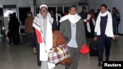 Beberapa dari 111 penumpang pesawat Libya yang dibajak dan dialihkan ke Malta, tiba di bandar udara Mitiga di Tripoli (24/12). (Reuters/Hani Amara)
