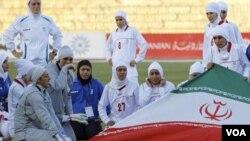 El conflicto se debe a la tradición religiosa iraní que obliga a las mujeres a cubrirse la cabeza.