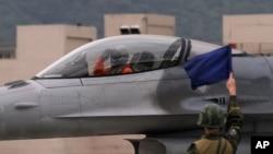在台灣花蓮參加軍事演習的一架台灣空軍F16戰鬥機。(2013年1月23日)