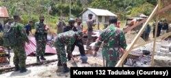 Kerja Bakti TNI POLRI dalam kegiatan pembangunan kembali rumah warga di lokasi Transmigrasi Levonu, Desa Lembantongoa, Kabupaten Sigi. Jumat (4/12/2020). (Foto: Courtesy/Korem 132 Tadulako)