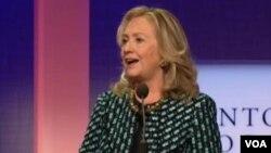 """美國國務卿克林頓在""""克林頓全球倡議""""大會上發言(美國之音視頻截圖)"""