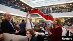 تحریریه نیویورک تایمز، آرتور سالزبرگر (جونیور) چهار انگشت را به نشانه چهار جایزه پولیتزر برای این روزنامه بالا گرفته است.