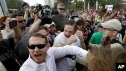 Accrochages entre 2 partisans du suprémaciste blanc Richard Spencer et des manifestants anti-racistes, Gainesville, Floride, le 19 octobre 2017.
