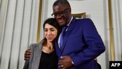 Le médecin congolais Denis Mukwege et l'activiste yézidie Nadia Murad, lauréats du prix Nobel de la paix, à la fin d'une conférence de presse tenue le 9 décembre 2018.