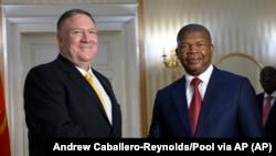 Mike Pompeo, secretário de Estado americano (esq) e João Lourenço, Presidente de Angola, no palácio Presidencial em Luanda. 17 fev 2020