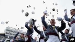 Sinh viên Trường Võ Bị West Point ở New York tung mũ trong lễ tốt nghiệp.
