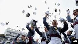West Point စစ္တကၠသိုလ္ ေႏြရာသီသင္တန္းအၿပီး ေခါင္းအံုး႐ုိက္ပဲြျမင္ကြင္း။