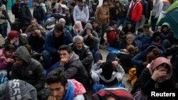 Hàng trăm di dân tiếp tục đến mỗi giờ tại biên giới Hy Lạp-Macedonia.