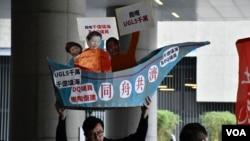 社民連主席吳文遠高舉諷刺UGL案的示威道具。(美國之音湯惠芸)