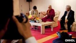 達賴喇嘛星期一在日本沖繩接受媒體的採訪