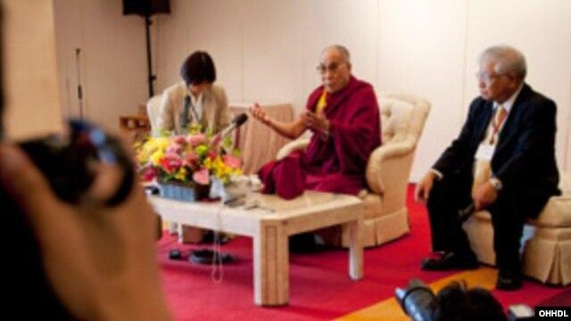 12일 일본 오키나와의 방송에 출연한 달라이 라마(가운데).