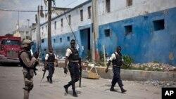 Cảnh sát canh gác bên ngoài cổng nhà tù gần thủ đô Port-au-Prince.