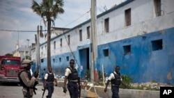 Polisye ayisyen yo kap mache tou pre antre prizon nasyonal, Penitansye a nan Pòtoprens.Ayiti.17oktòb 2017.