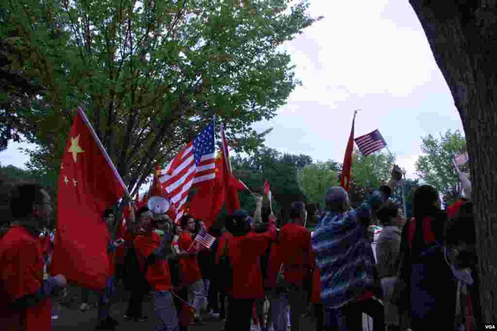 支持中国政府人士举中国国旗 (美国之音钟辰芳拍摄)