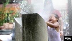 Membasahi badan dengan air dingin bisa membantu mengatasi risiko bahaya yang diakibatkan oleh hawa panas yang ekstrim.