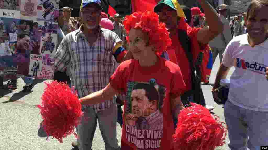 Vestidos con las características camisetas rojas, salieron algunos simpatizantes a las calles de Caracas para demostrar también su apoyo a Nicolás Maduro.