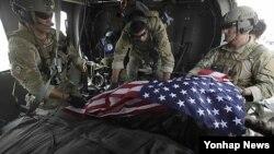 아프간군 내부자 공격으로 숨진 미군을 헬기로 운송하는 동료들(자료사진)