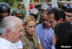 Colombia's former President Andres Pastrana (L), Lilian Tintori (2nd L), wife of jailed Venezuelan opposition leader Leopoldo Lopez, Bolivia's former President Jorge Quiroga (2nd R) and Venezuela's opposition leader Maria Corina Machado (showing back) stand outside the military prison of Ramo Verde, on the outskirts of Caracas, May 29, 2015.