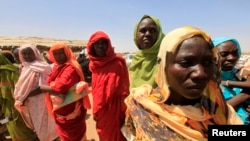 流离失所的达尔富尔妇女等待领取食物