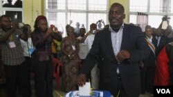 Presiden Joseph Kabila saat memberikan suara di Kinshasa (28/11). Kabila dinyatakan menang dengan meraih 49 persen suara.