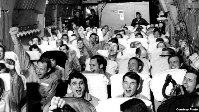 Những tù binh mới được trả tự do đang ăn mừng trên chiếc máy bay C-141A cất cánh từ Hà Nội, trong chiến dịch Operation Homecoming, 12/2/1973. (US Air Force photo)