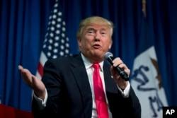 Donald Trump bênh vực các đề nghị cứng rắn về vấn đề di dân, trong đó có việc xây bức tường dọc biên giới với Mexico. Ông cũng nói sẽ tăng cường không kích chống Nhà nước Hồi giáo.