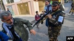 کابل میں خواتین کے احتجاجی مظاہرے کی کوریج کرنے والے ایک صحافی کو طالبان اسپیشل فورسز کا اہل کار ڈرا دھمکا رہا ہے۔ 30 ستمبر 2021ء