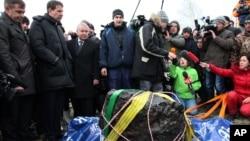 지난 2월 우랄산맥 인근 첼랴빈스크주에서 떨어진 운석 대형 운석이 16일 현지 호수에서 인양되었다.