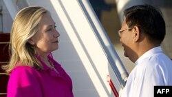 Ngoại trưởng Hoa Kỳ Hillary Clinton được chào hỏi bởi Thứ trưởng Ngoại giao Miến Điện Myo Myint tại Naypyidaw, ngày 30/11/2011