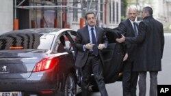 法国总统萨科齐4月20日抵达巴黎的RTL电台准备接受采访