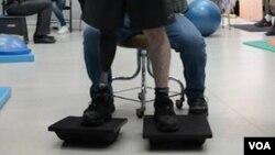 Un soldat américain blessé de retour en Georgie, porte une prothèse au pied