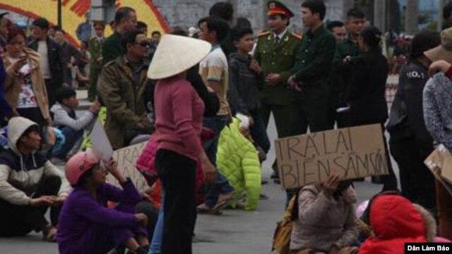 Hàng trăm người dân tập trung trước trụ sở UBND tỉnh Thanh Hóa đòi FLC trả lại bãi biển.