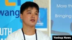 27일 한국 광주에서 열린 유스리더십프로그램에 참여한 북한 대표 주혁 군이 언론과 인터뷰에서 참가소감을 밝히고 있다.