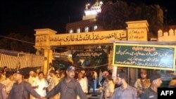 Cảnh sát Pakistan canh gác bên ngoài đền thờ Sufi ở Karachi sau vụ nổ bom tự sát, ngày 7/10/2010
