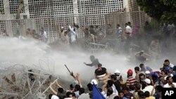 5月4号在开罗,埃及安全部队在国防部前向抗议者发射水枪